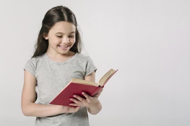 menina-lendo-livro-no-estudio-e-sorrindo_23-2147824968